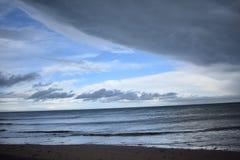 Ακτή normady μεταξύ ελαφριού και του σκοταδιού Στοκ φωτογραφίες με δικαίωμα ελεύθερης χρήσης