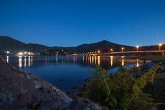 Ακτή Teletskoye λιμνών τη νύχτα, Δημοκρατία Altai, Ρωσία στοκ φωτογραφία με δικαίωμα ελεύθερης χρήσης