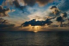 Ακτίνα του φωτός στον ωκεανό Στοκ εικόνες με δικαίωμα ελεύθερης χρήσης