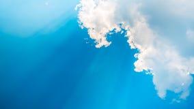 Ακτίνες ήλιων και μαλακοί χνουδωτοί σύννεφα και μπλε ουρανός Χαλαρώνοντας και ηρεμώντας διάθεση Στοκ Εικόνες