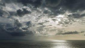 Ακτίνες ήλιων μέσω των δραματικών θυελλωδών σύννεφων απόθεμα βίντεο