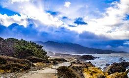 Ακτίνες ήλιων μέσω των σύννεφων θύελλας στην κρατική επιφύλαξη Lobos σημείου Στοκ Φωτογραφίες
