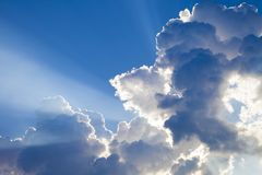 Ακτίνες ήλιων με τα σύννεφα στο τοπίο μπλε ουρανού ακτίνες του φωτός Στοκ φωτογραφία με δικαίωμα ελεύθερης χρήσης