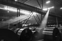 Ακτίνες ήλιων που εκρήγνυνται μέσω των παραθύρων στεγών ενός βιομηχανικού κτηρίου Στοκ Εικόνες