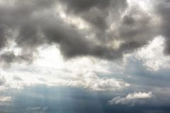 Ακτίνες ήλιων που λάμπουν μέσω των σύννεφων θύελλας Στοκ φωτογραφία με δικαίωμα ελεύθερης χρήσης