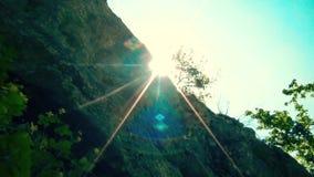 Ακτίνες ήλιων στην κορυφογραμμή στο βουνό απόθεμα βίντεο