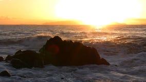 Ακτίνες ήλιων και ωκεάνια κύματα στην αυγή φιλμ μικρού μήκους