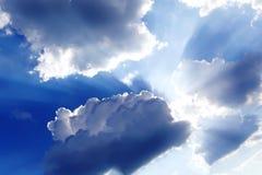 Ακτίνες ήλιων μέσω των σύννεφων Στοκ φωτογραφία με δικαίωμα ελεύθερης χρήσης