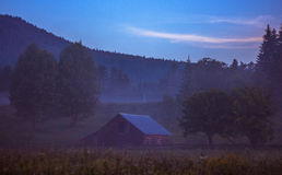 Ακτίνες ήλιων πρωινού στο σπίτι βουνών ομίχλης Στοκ φωτογραφίες με δικαίωμα ελεύθερης χρήσης