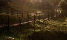 Ακτίνες ήλιων πρωινού στο σπίτι βουνών ομίχλης Στοκ Εικόνα
