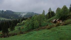 Ακτίνες ήλιων πρωινού στο σπίτι βουνών ομίχλης Στοκ εικόνες με δικαίωμα ελεύθερης χρήσης