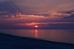 Ακτίνες ηλιοβασιλέματος μέσω των σύννεφων και πέρα από τη θάλασσα στοκ φωτογραφίες με δικαίωμα ελεύθερης χρήσης