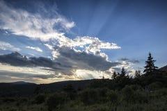 Ακτίνες Θεών πέρα από τα μπλε βουνά κορυφογραμμών Στοκ εικόνα με δικαίωμα ελεύθερης χρήσης