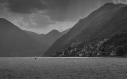 Ακτίνες Θεών που λάμπουν μέσω του cloudscape στη λίμνη Como, Λομβαρδία, Ιταλία Στοκ Εικόνα