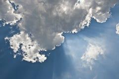 Ακτίνες μέσω των σύννεφων στο μπλε ουρανό Στοκ εικόνες με δικαίωμα ελεύθερης χρήσης