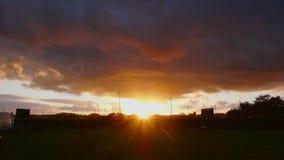 Ακτίνες πρωινού και ένα τεράστιο σύννεφο στοκ εικόνες με δικαίωμα ελεύθερης χρήσης