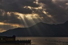 Ακτίνες του ήλιου στη λίμνη στο τέλος της ημέρας Στοκ εικόνα με δικαίωμα ελεύθερης χρήσης