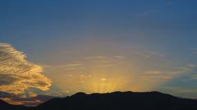Ακτίνες του ήλιου πίσω από το λόφο Στοκ εικόνα με δικαίωμα ελεύθερης χρήσης