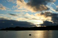 ακτίνες του ήλιου ρύθμισης, σύννεφα πέρα από τη θάλασσα, ο Βορράς άγριας φύσης Στοκ εικόνες με δικαίωμα ελεύθερης χρήσης