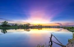 Ακτίνες του ηλιοβασιλέματος κατά μήκος του ποταμού όταν πηγαίνει κάτω ο ήλιος Στοκ εικόνες με δικαίωμα ελεύθερης χρήσης