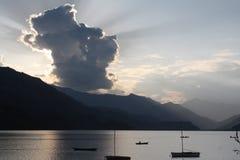 Ακτίνες του φωτός επάνω από τις βάρκες στη λίμνη Pokhara, Νεπάλ Στοκ φωτογραφία με δικαίωμα ελεύθερης χρήσης