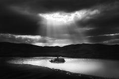 Ακτίνες του φωτός πέρα από λασπώδες ηφαιστείων Στοκ εικόνα με δικαίωμα ελεύθερης χρήσης