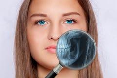 Ακτηνογραφία ενός προσώπου μιας γυναίκας, οδοντιατρική Στοκ Εικόνες