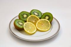 Ακτινίδιο και λεμόνι σε ένα άσπρο πιάτο Στοκ φωτογραφία με δικαίωμα ελεύθερης χρήσης