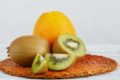 Ακτινίδιο και πορτοκαλιά φρούτα στο άσπρο ξύλινο υπόβαθρο Στοκ εικόνες με δικαίωμα ελεύθερης χρήσης