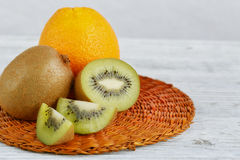 Ακτινίδιο και πορτοκαλιά φρούτα στο άσπρο ξύλινο υπόβαθρο Στοκ Φωτογραφίες