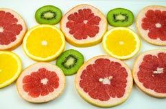 Ακτινίδιο, πορτοκάλι, γκρέιπφρουτ που τεμαχίζεται αραιά Στοκ εικόνες με δικαίωμα ελεύθερης χρήσης
