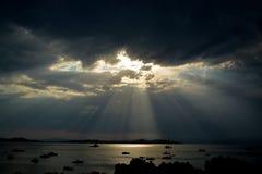 ΑΚΤΙΝΕΣ ΘΕΩΝ ΠΕΡΑ ΑΠΌ ΤΗ ΘΑΛΑΣΣΑ Στοκ φωτογραφίες με δικαίωμα ελεύθερης χρήσης