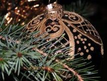 Ακτινοβολήστε καφετιά σφαίρα Χριστουγέννων Στοκ φωτογραφία με δικαίωμα ελεύθερης χρήσης