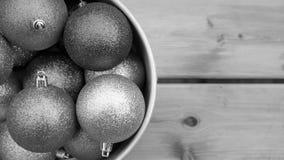 Ακτινοβολήστε σφαίρες Χριστουγέννων, υπόβαθρο Χριστουγέννων στο γκρίζο χρώμα Στοκ Φωτογραφία