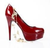 ακτινοβολήστε χρυσό κόκκινο παπούτσι περιδεραίων Στοκ Εικόνες