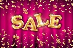 Ακτινοβολήστε χρυσό μεγάλο σημάδι μπαλονιών πώλησης και μειωμένο χρυσό κομφετί φύλλων αλουμινίου σε ένα κόκκινο υπόβαθρο κουρτινώ Στοκ εικόνες με δικαίωμα ελεύθερης χρήσης
