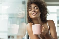 Ακτινοβολώντας δοκιμάζοντας φλιτζάνι του καφέ κοριτσιών Στοκ φωτογραφία με δικαίωμα ελεύθερης χρήσης