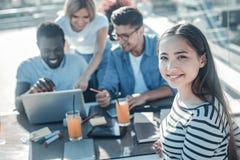 Ακτινοβολώντας συνεδρίαση των κοριτσιών με τους φίλους στον καφέ Στοκ εικόνα με δικαίωμα ελεύθερης χρήσης
