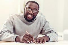 Ακτινοβολώντας τύπος αφροαμερικάνων που σύρει και που χαμογελά στη κάμερα Στοκ φωτογραφίες με δικαίωμα ελεύθερης χρήσης