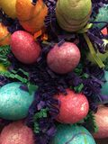 Ακτινοβολήστε αυγά Πάσχας με τη χλόη Πάσχας Στοκ εικόνα με δικαίωμα ελεύθερης χρήσης
