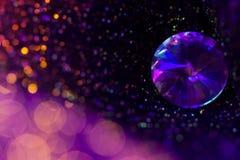 Ακτινοβολήστε και καείτε μαλακό πολυ χρωματισμένο bokeh να λάμψει με το μεγάλο φυσικό πολύτιμο λίθο κοσμήματος Σκοτεινό αφηρημένο Στοκ Εικόνα