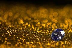 Ακτινοβολήστε και καείτε μαλακό χρυσό bokeh που λάμπει με το μεγάλο κόσμημα luxuryl Σκοτεινό αφηρημένο ονειροπόλο wunderful υπόβα Στοκ Εικόνες