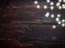 Ακτινοβολήστε χρυσά snowflakes στο ξύλο grunge Στοκ Εικόνες