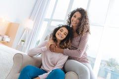 Ακτινοβόλα κορίτσια που χαμογελούν αγκαλιάζοντας στο σπίτι Στοκ φωτογραφία με δικαίωμα ελεύθερης χρήσης