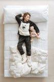 Ακτινοβόλος όμορφος ύπνος κοριτσιών στις χνουδωτές πυτζάμες Στοκ Φωτογραφία