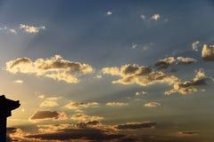 Ακτινοβόλο πορτοκαλί ηλιοβασίλεμα πίσω από την οικοδόμηση Στοκ Εικόνες