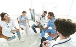 Ακτινολόγοι και ένας χειρούργος που συζητά μια ακτηνογραφία ενός ασθενή Στοκ Φωτογραφίες