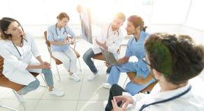 Ακτινολόγοι και ένας χειρούργος που συζητά μια ακτηνογραφία ενός ασθενή Στοκ εικόνες με δικαίωμα ελεύθερης χρήσης