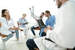 Ακτινολόγοι και ένας χειρούργος που συζητά μια ακτηνογραφία ενός ασθενή Στοκ φωτογραφίες με δικαίωμα ελεύθερης χρήσης