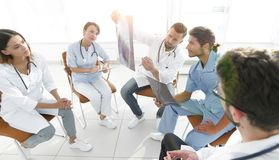 Ακτινολόγοι και ένας χειρούργος που συζητά μια ακτηνογραφία ενός ασθενή Στοκ Φωτογραφία